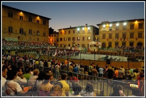 folla-in-piazza-del-duomo-alla-giostra-dell-orso.jpg